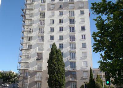 Rénovation de la façade d'un immeuble de 12 étages effectuée par la société Adéquate