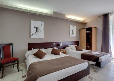Une chambre pour trois personnes dans l'hôtel restaurant Mon Auberge, entre Nîmes et Montpellier