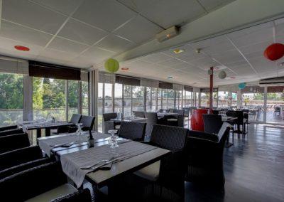 Mon Auberge à Lunel, Espace Restaurant avec une terrasse couverte le long du Vidourle