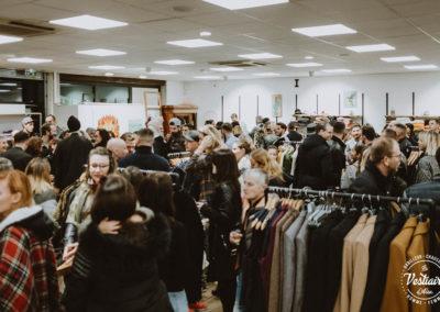 Vernissage d'exposition éphémère dans la boutique de vêtements et chaussures le Vestiaire d'Alex