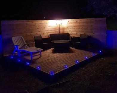 Pose de terrasse en bois sur acier galvanisé et lumière intégrée